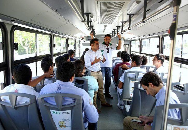 A los líderes estudiantiles de la Uady se les explicó la señalética de la nueva ruta del Situr. (Cortesía)