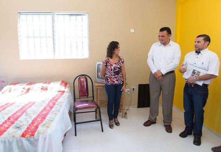 El Gobernador visitó la casa autosustentable y amigable con el medioambiente donde vive María y su hija Odalis, quien padece síndrome de Down, ubicada en Dzununcán, Mérida. (Cortesía)