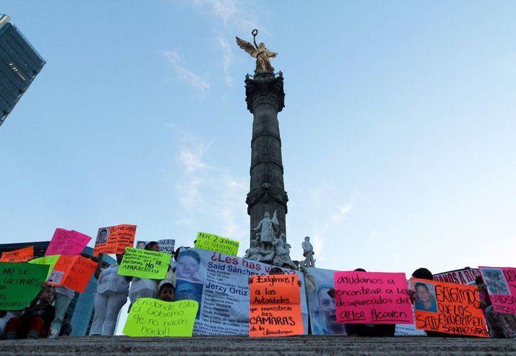 Familiares de desaparecidos durante una manifestación en el Ángel de la Independencia. (Notimex)