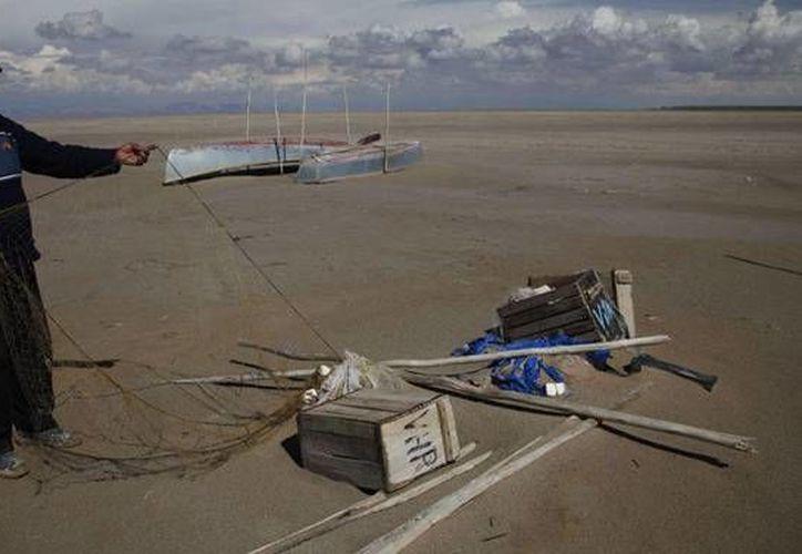 Imagen de un pescador en el lago Poopó, el cual era el segundo más extenso de Bolivia y se evaporó debido al cambio climático. (Archivo AP)
