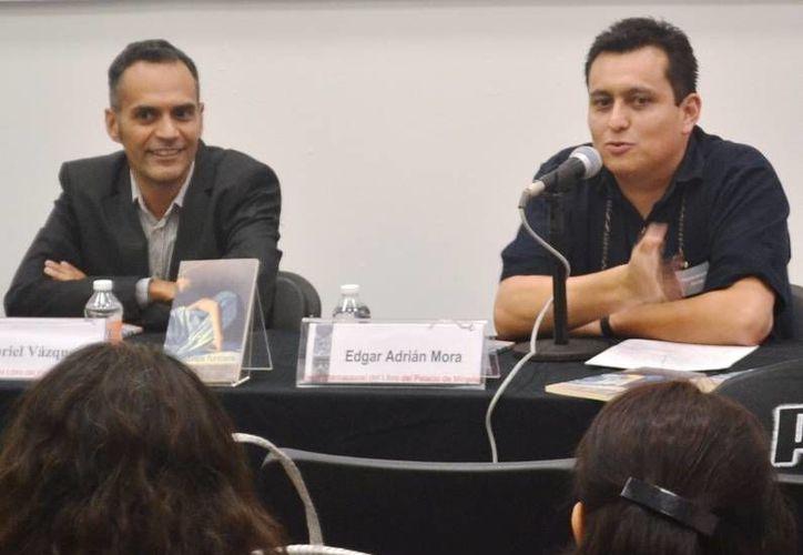 El libro de cuentos fue presentado por el autor, Gabriel Vázquez y Edgar Adrián Mora. (Redacción/SIPSE)