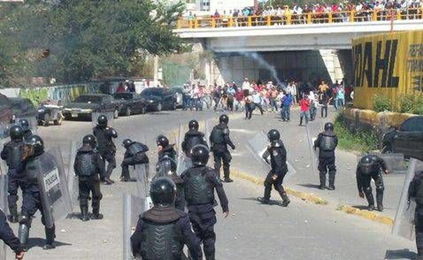 Luego de la toma del PRI, los manifestantes fueron replegados por la policía (Foto: Rogelio Agustín Esteban/Milenio)