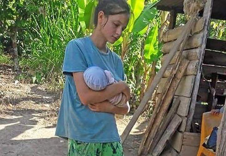 Las autoridades  encontraron a la chica y a su bebé, en mitad de la selva con síntomas de desnutrición. (Infobae)