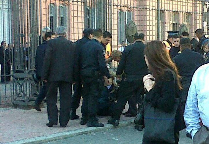 Los hombres fueron rescatados y sólo alcanzaron a quemarse parte del cuerpo. (Twitter/@paulitelii)