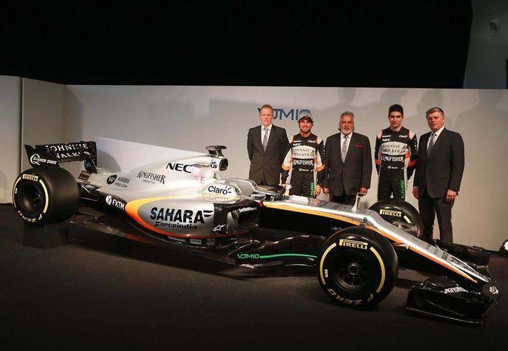 Sergio Pérez, el piloto francés Esteban Ocon y los directivos de Force India se encargaron de presentar el nuevo auto de carreras para Fórmula Uno. (Frank Augstein/AP)