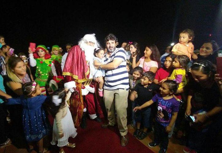 Santa Claus regresó a Mérida y fue recibido con mucho afecto por niños y adultos en el Aeropuerto de la capital yucateca. (Cecilia Ricárdez/SIPSE)