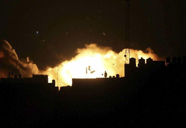 Durante 50 días de conflicto en Gaza entre julio y agosto de 2014 murieron más de dos mil 220 palestinos, entre ellos mil 585 civiles. Ahora Amnistía Internacional acusa a grupos armados palestinos de crímenes de guerra. (EFE)