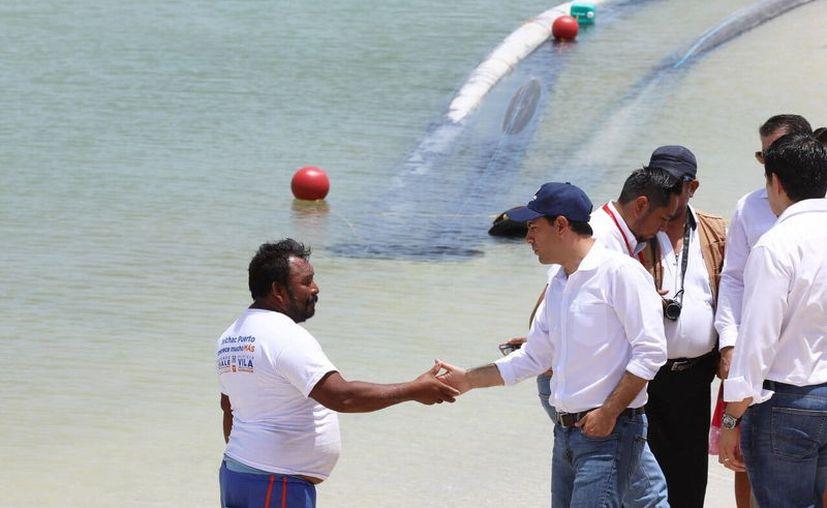 Mauricio Vila habló directamente con los habitantes beneficiados con las obras. (Novedades Yucatán)