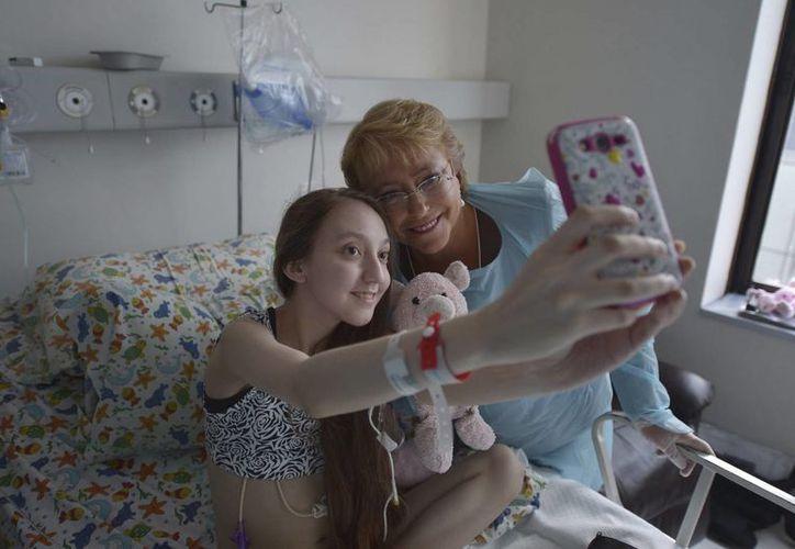 La presidenta de Chile, Michelle Bachelet, visitó a Valentina para ofrecerle apoyo en su enfermedad. (AP)