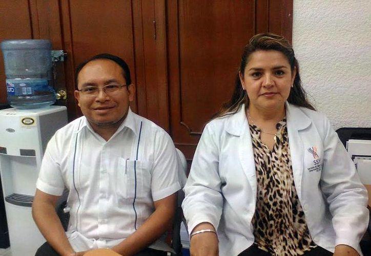 Los doctores Manuel de Jesús Chávez Chan, responsable de Vigilancia Epidemiológica, y Dulce María Cruz Lavadores, responsable estatal del Programa de VIH/Sida e Infecciones de Transmisión Sexual (ITS) de la SSY. (Milenio Novedades)