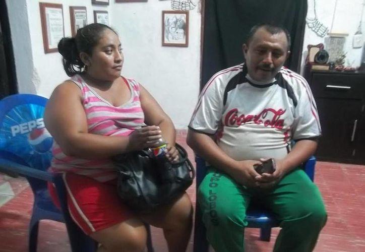 El expolicía Efraín Rodríguez Ciau, acompañado por su esposa, en entrevista en la que relató sus experiencias paranormales. (Jorge Moreno/SIPSE)