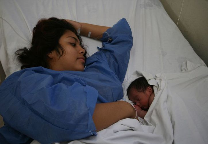 Angela Couoh Santana con su bebé Snyder Alejandro Pool Couoh, en el Hospital Materno Infantil. (SIPSE)