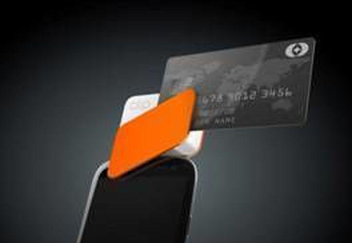 El aparato se conecta a la ranura de datos de teléfono, habilitándolo como punto de venta. (Redacción/SIPSE)