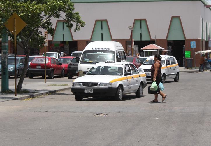 Buscan evitar la cacería de vehículos que no tengan concesión para operar bajo la modalidad de aplicaciones. (Joel Zamora/SIPSE)