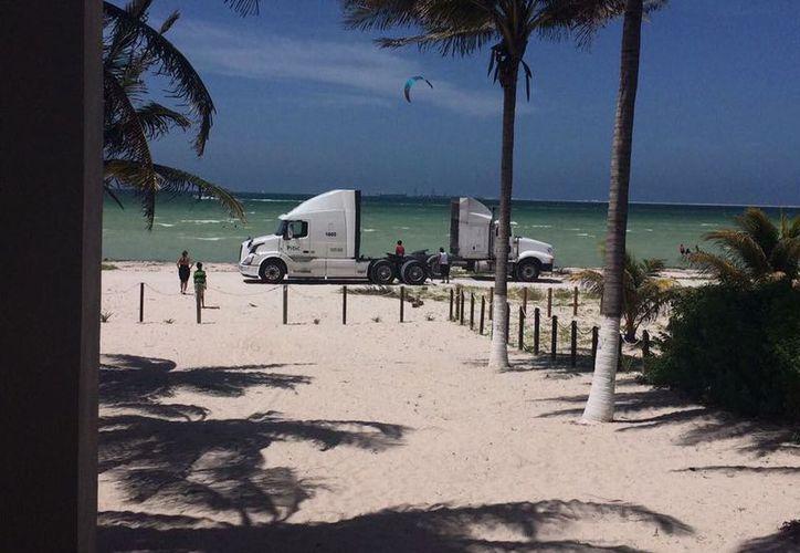 A la playa de Yucalpetén incluso ingresan vehículos pesados. (Facebook: No más coches en la Playa de Progreso)