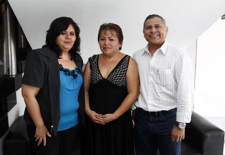 La ganadora Doña Lilia Loeza es flanqueada por Luz María Vega, supervisora de la Segob,  y José Luis Valladares, director regional de Circulación. (J. Acosta/C. Ayala/SIPSE)