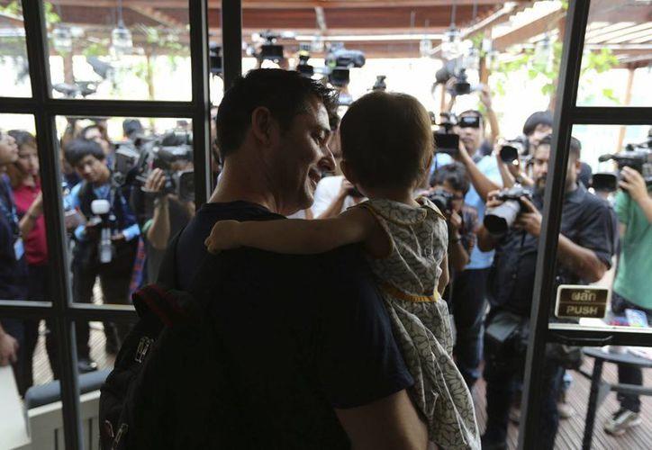 El matrimonio formado por Manuel Santos y Gordon Lake celebró hoy en Bangkok la decisión judicial de otorgarles la custodia de Carmen, nacida durante un proceso de subrogación, tras una larga batalla judicial con la madre gestante. (EFE)