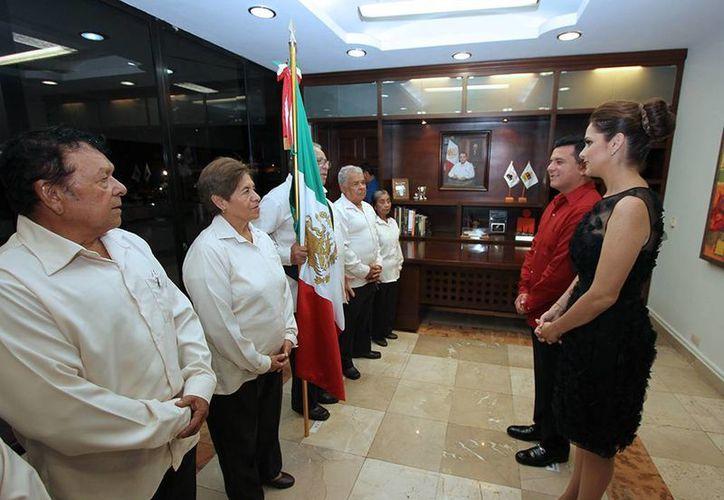 El alcalde entregó la Bandera Mexicana en su despacho del Ayuntamiento. (Cortesía/SIPSE)
