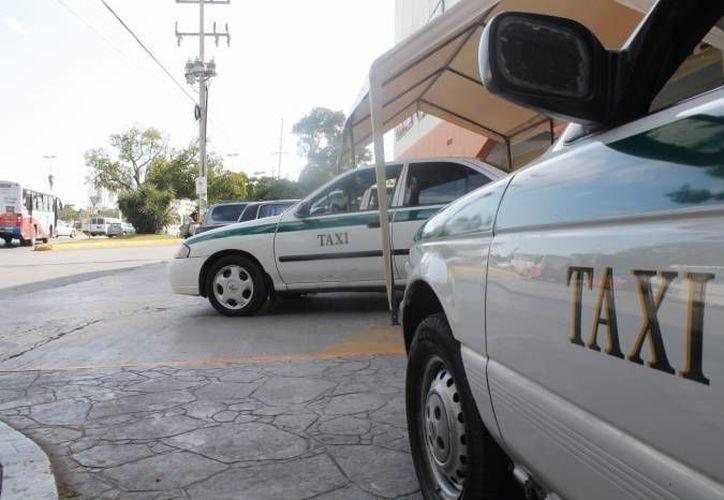 Abordar un taxi conlleva cierto riesgo, pues te subes al automóvil de un desconocido. (Foto de contexto/SIPSE)