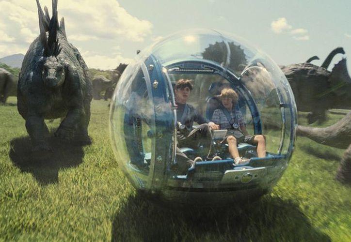 Fotografía proveída por los estudios Universal Pictures de los actores Nick Robinson (izquierda) y Ty Simpkins en una escena del filme 'Jurassic World'. (ILM/Universal Pictures/Amblin Entertainment vía AP)