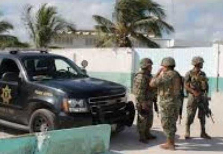 Elementos de la Armada de México realizan patrullajes en busca de los piratas que asaltaron lanchas pepineras. (Óscar Pérez/SIPSE)