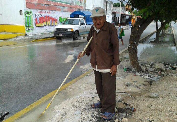 Los vecinos mostraron su molestia, pues la respuesta que recibieron de Aguakan fue que se atendería el desperfecto en 48 horas. (Israel Leal/SIPSE)