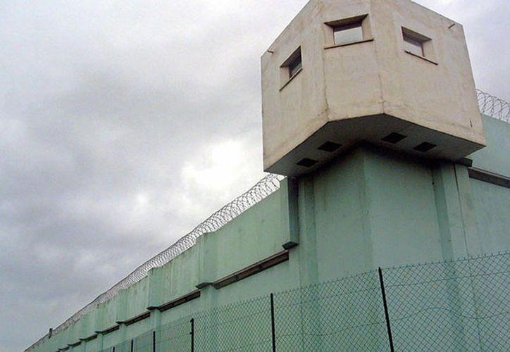 Un presidiario de un penal atacó a dos guardías de seguridad. (AFP)