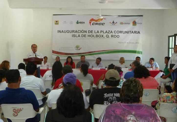 Varias autoridades participaron en la inauguración de la Plaza Comunitaria. (Raúl Balam/SIPSE)
