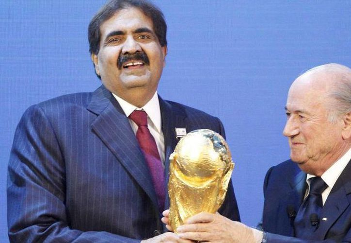 El 2 de diciembre de 2010 Qatar fue nombrada sede del Mundial de Futbol 2022, el presidente de FIFA, Joseph Blatter entregó al emir de Qatar la Copa del Mundo. (AP)
