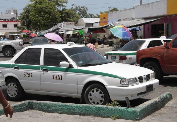 Se recomienda a los taxistas que retiren el polarizado del vehículo para darle seguridad al usuario que utiliza el servicio. (Tomás Álvarez/SIPSE)