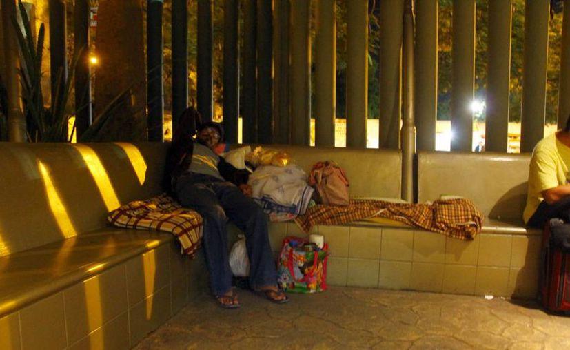 De esta forma duermen muchos familiares de pacientes en la ex T-1. (Juan Albornoz/SIPSE)