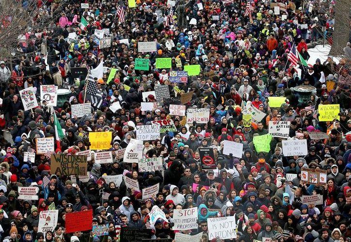Se estima que unoas 14 mil personas marcharon en Wisconsin para rechazar una ley antimigrantes. (AP)