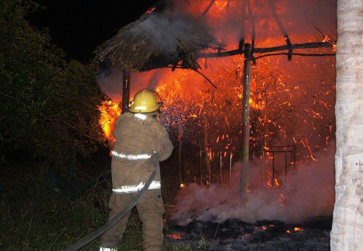 Los fuego pirotécnicos causaron el incendio de una palapa en Kinchil (foto) y una casa de huano en Peto. No se reportaron heridos. (Milenio Novedades)