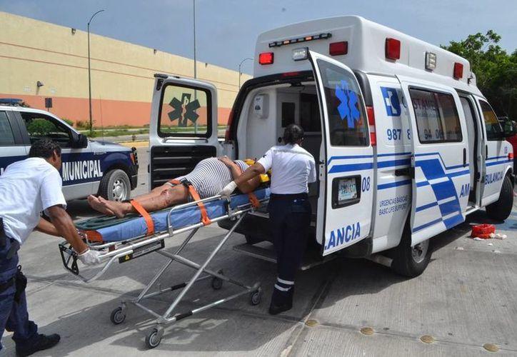 Los paramédicos llegaron para atender a la lesionada, quien sufrió lesiones en la pierna derecha. (Redacción/SIPSE)