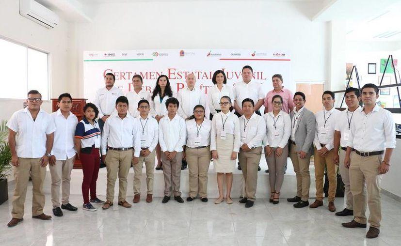 Los 19 jóvenes se presentaron al Certamen Estatal Juvenil de Debate Político 2016, en Chetumal. (Redacción/SIPSE)