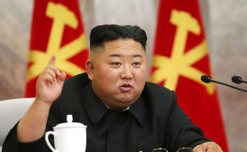 El líder de Corea del Norte, Kim Jong Un, habla durante una reunión de la Séptima Comisión Militar Central del Partido de los Trabajadores de Corea, en Corea del Norte. (Korean Central News Agency/Korea News Service via AP)