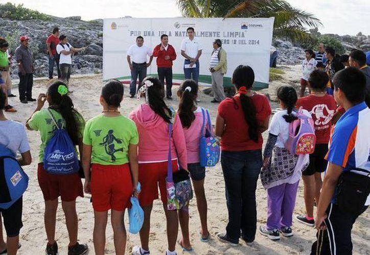 Se organizaron varios grupos para la limpieza de playas. (Cortesía/SIPSE)