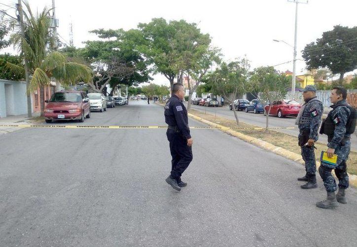 Los elementos policíacos se encargaron se acordonar el área. (Eric Galindo/SIPSE)