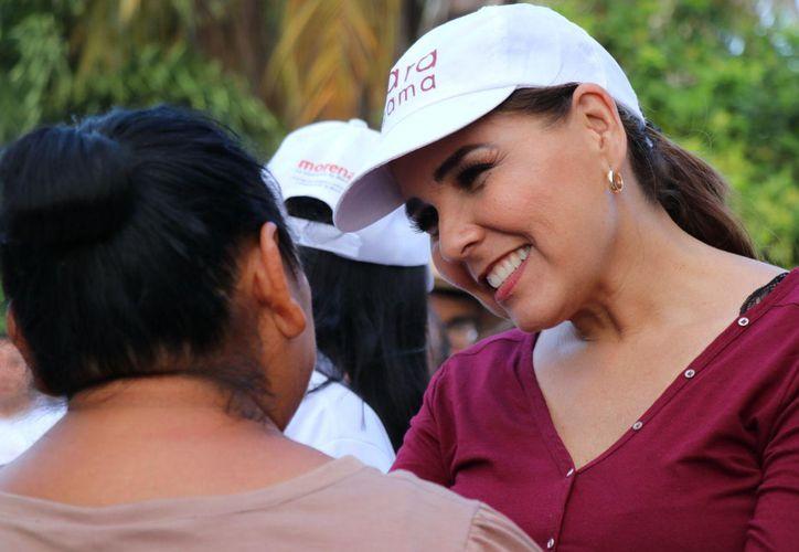 Mara Lezama escuchó las necesidades de la población, misma que le demostró gran aprecio. (Redacción/SIPSE)