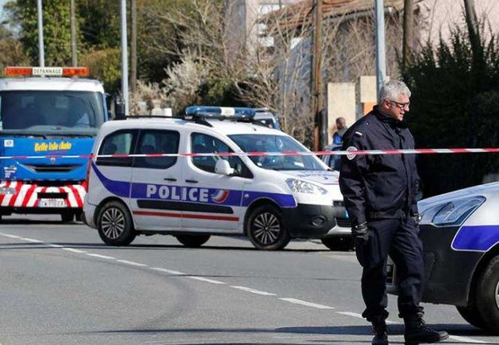 """Macron dijo que Beltrame, """"caído como un héroe"""", había mostrado """"un valor y una abnegación excepcionales"""". (Reuters)"""