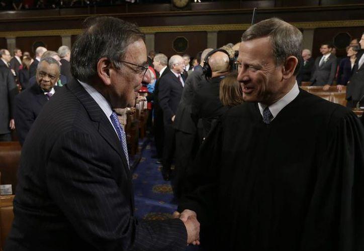 El saliente secretario de Defensa de EU, Leon Panetta (i) saluda al presidente de la Corte Suprema de Justicia, John Roberts. (EFE)