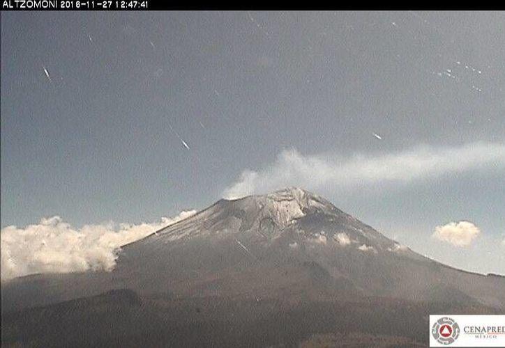 Imagen que muestra las exhalaciones del volcán Popocapétl. En las últimas 24 horas la actividad ha incrementado. (Foto: Cenapred)