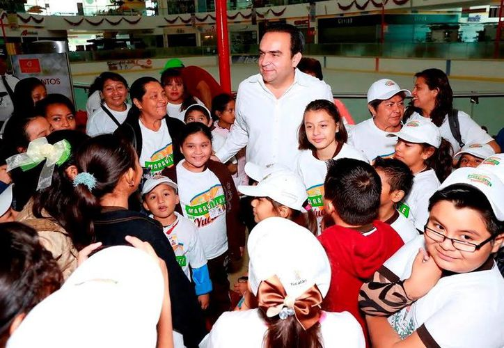 El titular de la Sedesol estatal acompañó a los niños durante su visita a la pista de hielo de una conocida plaza comercial. (Milenio Novedades)