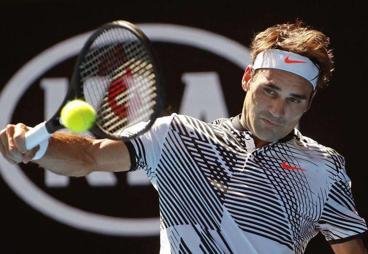 Tras vencer a Noah Rubin, el suizo Roger Federer se enfrentará al checo Tomas Berdych, en la tercera ronda del Abierto australiano.(Dita Alangkara/AP)
