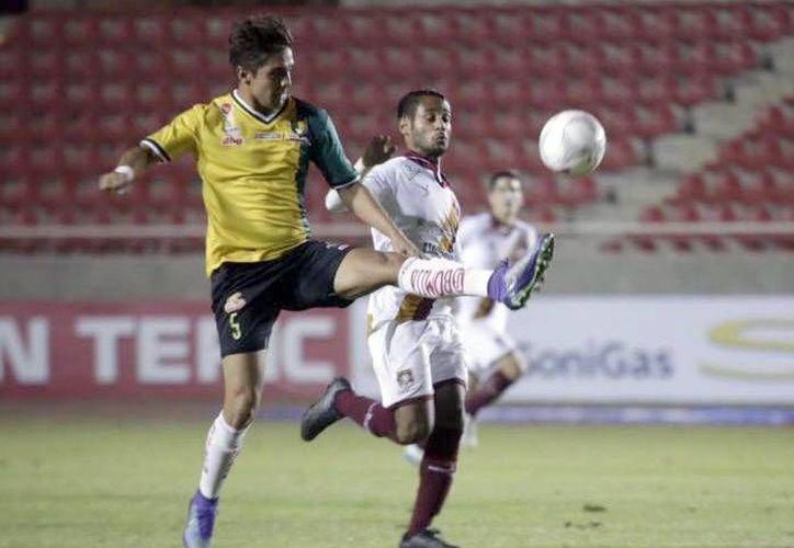 Venados no gana desde la jornada 5 del Ascenso MX. En la foto, el defensa venado Rodrigo González disputa un balón frente a sus rival de Coras. (Milenio Novedades)