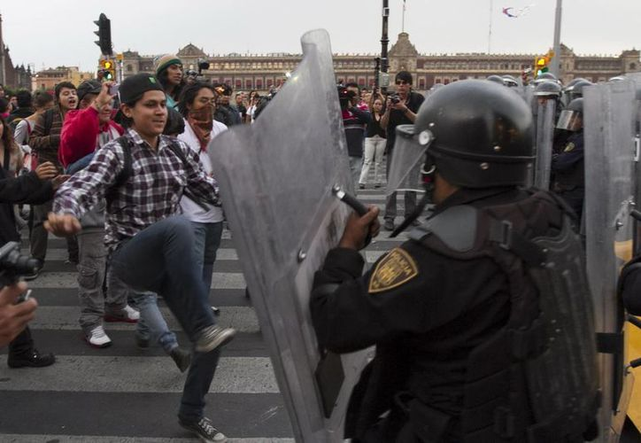 Hasta el momento no se cuenta con reportes de abuso de autoridad hacia los detenidos en el zafarrancho en el zócalo. (Archivo Notimex)