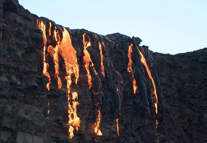 Lava del Kilauea, un volcán activo en la Gran Isla de Hawaii, cae al océano. (AP/Caleb Jones)