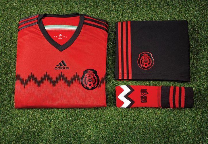 El nuevo uniforme del Tri para partidos en los que sea visitante recuerdan los primeros modelos utilizados en Copas del Mundo. (Notimex)