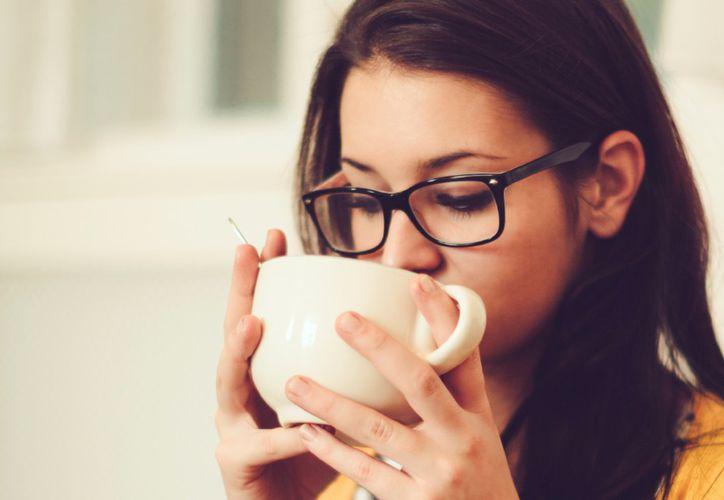 Entre las propiedades del té caliente están sus antioxidantes asociados con un menor riesgo de patologías graves. (Foto: Cosmo)
