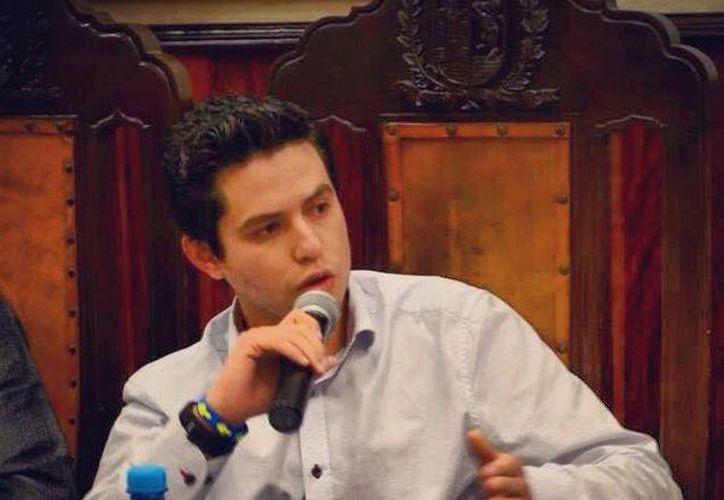 El regidor Luis Castillo López en sesión en la que cuestionó por qué no ha sesionado desde hace tres meses la Comisión de Turismo de Mérida. (SIPSE)